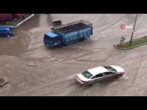 Sağanak yağış dakikalar içerisinde İzmir'in doğu ilçelerini vurdu