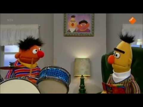 Bert en Ernie lezen en trommelen om de beurt