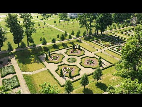 Widok z drona na rabaty kwietne, trawnik, aleje lipowe oraz kamienne rzeźby ogrodu barokowego w Podzamczu koło Chęcin