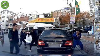 Смотреть онлайн Шуточная драка на дороге Кореи