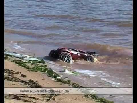 Ferngesteuertes Auto Traxxas E-Revo Brushless VXL 1:16 Stunts und Tests im Wasser und Schlamm