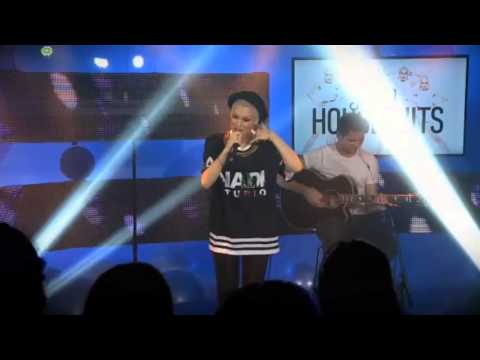 Jessie J performs -It's My Party- acoustic (Live @ House of Hits)