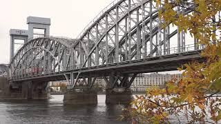 Поезд едет по Ржд мосту через Неву