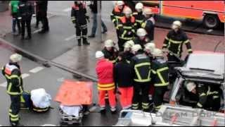 preview picture of video 'FEUERWEHR HAMBURG VERKEHRSUNFALL ++ RETTUNGSWAGEN NOTARZT HLF IM EINSATZ'