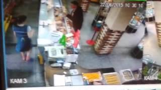 Смотреть онлайн Продавщицу спас случайный покупатель
