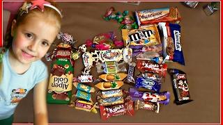 МИЛАНА ОТКРЫВАЕТ НОВОГОДНИЕ КОНФЕТЫ Пробуем НОВЫЕ ВКУСНЯШКИ !!!  Trying new snacks