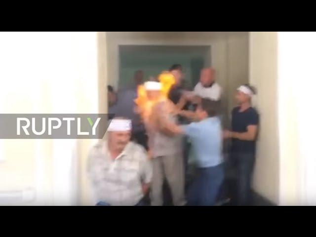 عامل منجم مضرب عن الطعام يضرم النار في نفسه  باوكرانيا