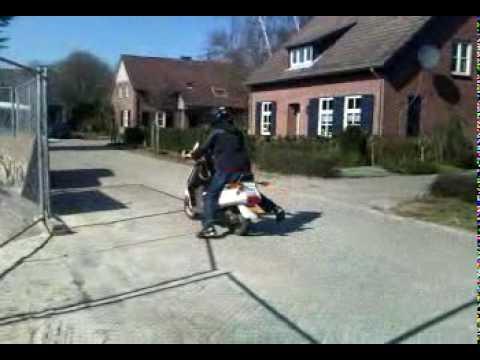 Wheelie op de scooter door Overloon