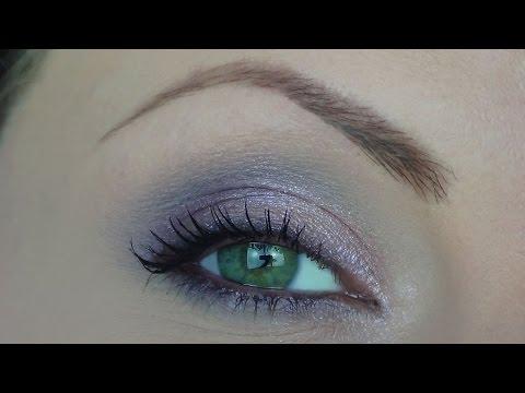 Pelle leggera con lentiggini e occhi grigi-azzurri