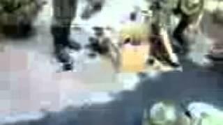 Смотреть онлайн Солдаты лопатками сбивают краску с асфальта