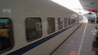 preview picture of video 'Boarding the Chinese Bullet Train - CRH - Zhenjiang, China 中国'