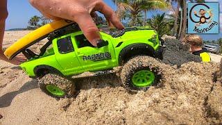 Дети и машинки игрушки. Даня и Диана играют машинками в песке. МанкиТайм
