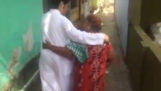 فيديو شاب سعودي يفاجئ مربيته الهندية بزيارتها في بلدها.. تعرفوا على التفاصيل وشاهدوا رد فعلها!