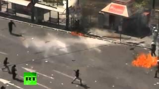 Греки забрасывают полицейских коктейлями Молотова