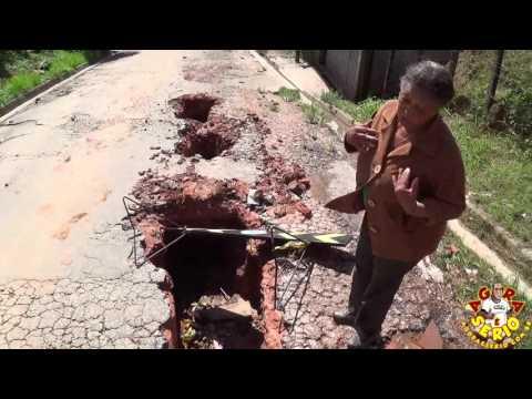 Dona Geovana revoltada com a destruição feita pela Sabesp na Rua Jorge Nino Soares Favela do Justinos