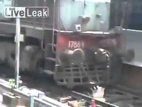 小狗跌落路軌..火車來了!
