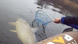 Что делает мужчина на рыбалке