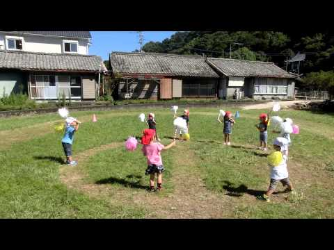 畑の運動場で踊る 加津佐町 若木保育園の3歳児さん