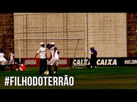 #FilhodoTerrão | Pedrinho, do Sub-17, brinca com a bola no CT