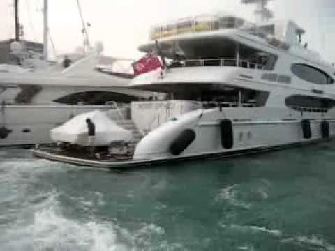 Yacht crash on the dock - Yachtloop Videos
