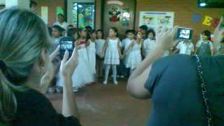 Elizabeth bailando en el kinder de su colegio