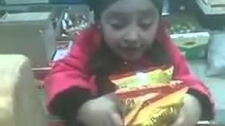 Смотреть онлайн Смешная маленькая девочка хочет купить ролтон