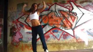 Круто танцует
