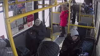 """Видео конфликта в автобусе № 13 из которого """"высадили"""" школьницу"""