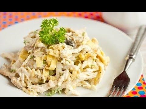 Салат с яичными блинами, курицей и грибами