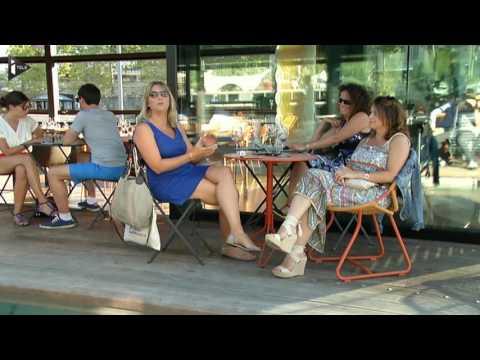 Après les péniches-restaurant, les péniches-discothèque, voici la péniche-hôtel. Un nouveau concept qui vient de débarquer à Paris. Des chambres 4 etoiles, un hôtel original flottant sur l'eau en plein coeur de Paris. C'est la nouvelle tendance touristique de cet été.