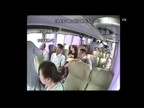 flagrante de Acidente Gravissimo de onibus - Camera interna /pessoas voando pra fora feitas papel.