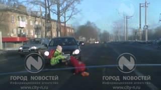В Новокузнецке автоледи сбила двух девочек на пешеходном переходе и поехала дальше