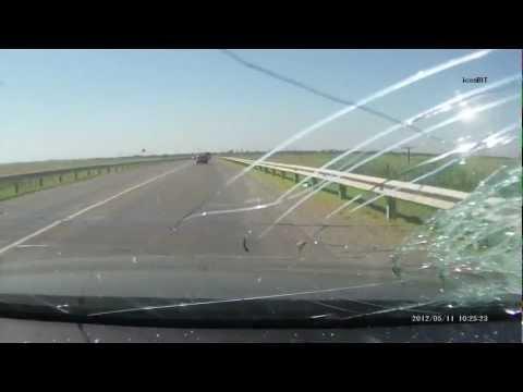 Кирпич попал в машину