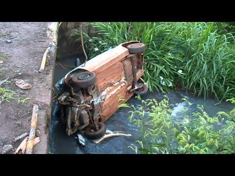 Carro cai em córrego em cachoeira dourada
