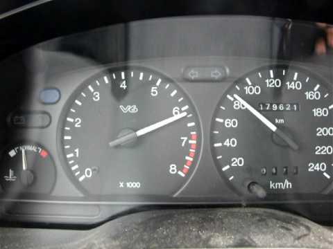 Den Autorundfunk das Benzin auf zu gewinnen