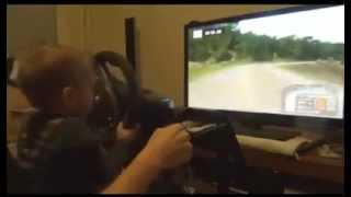 Смотреть онлайн Ребенок ловко водит на симуляторе