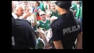 Kibice Irlandii spiewają policjantce