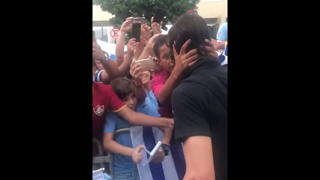 Edinson Cavani con los hinchas en Río de Janeiro
