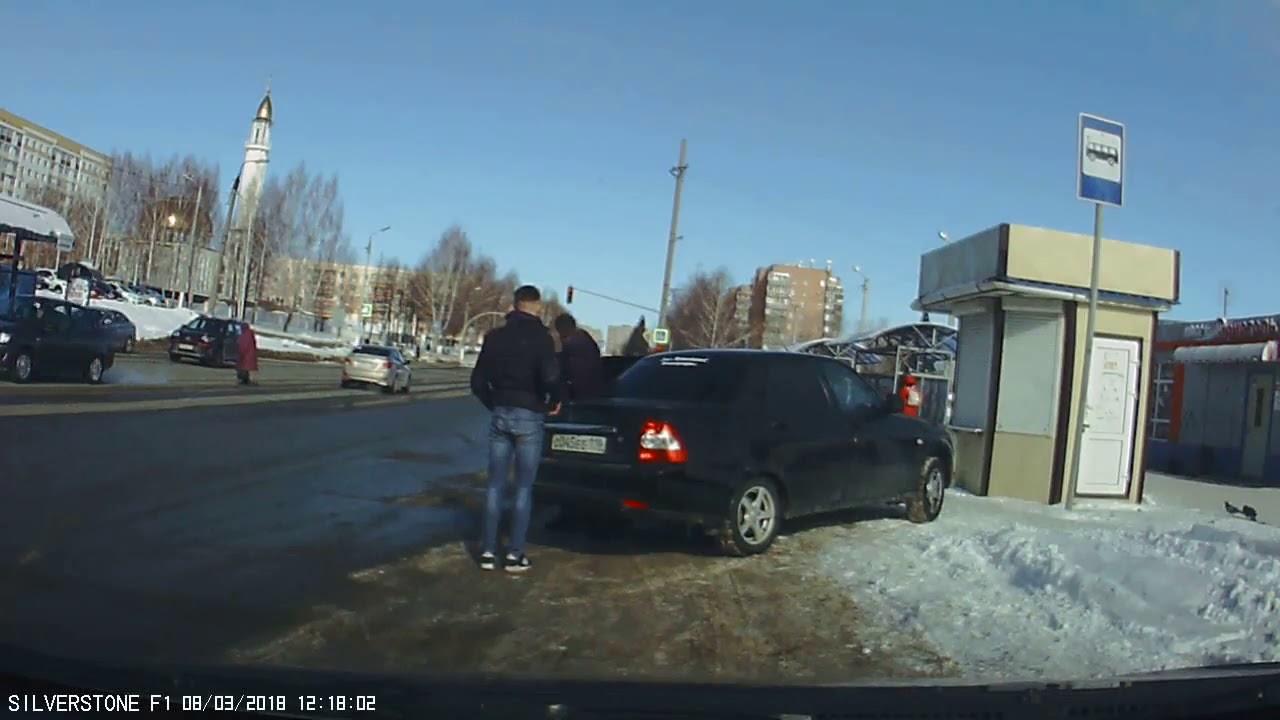 Драка из-за парковки, бита ему только мешала...
