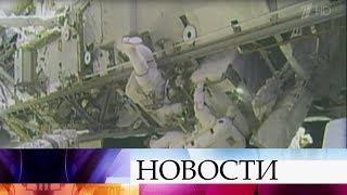 Российский экипаж МКС обследует снаружи обшивку поврежденного корабля «Союз».