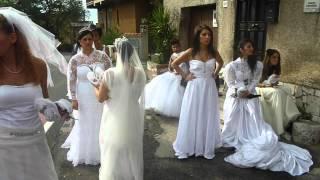 preview picture of video 'Sposa Sexy in calze a rete bianca - giarettiere e manette rosa : video bellissime ragazze'