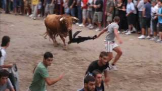 preview picture of video 'Betxi, sabado 24 de septiembre 2011. 2 toros cerriles'