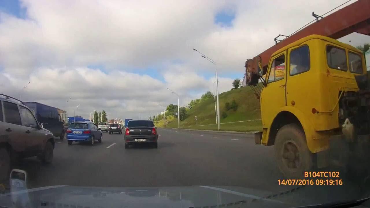 В Уфе автомобиль без водителя съехал с пригорка...