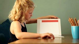 Standbild aus Unternehmensfilm: Kind an Schreibtisch