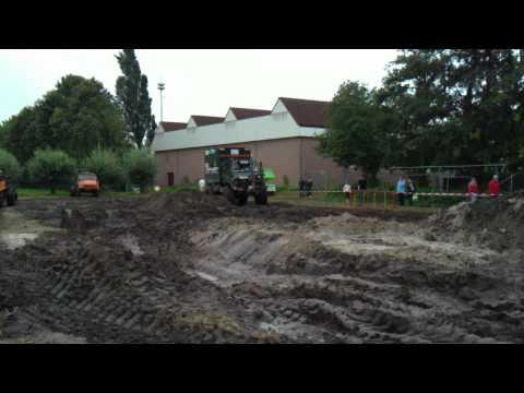 Unimogs in de modder bij Sint Hubert