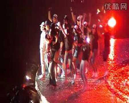 劉德華成都演唱會 為歌迷平反英勇地跳下舞台