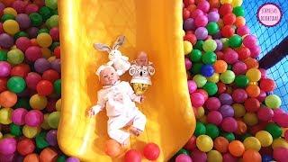 Los bebés van al ¡¡PARQUE INFANTIL!! Lindea y Ben juegan al tobogán y en la balsa de bolas