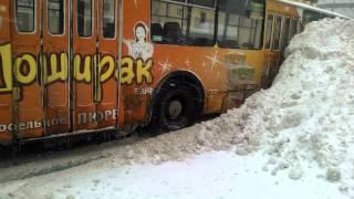 Троллейбус против коммунальщиков)