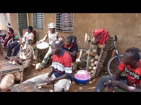 Les Diabaté Bobo Dioulasso 4/4 Dougoutigui au balafon Diakaria au djembé