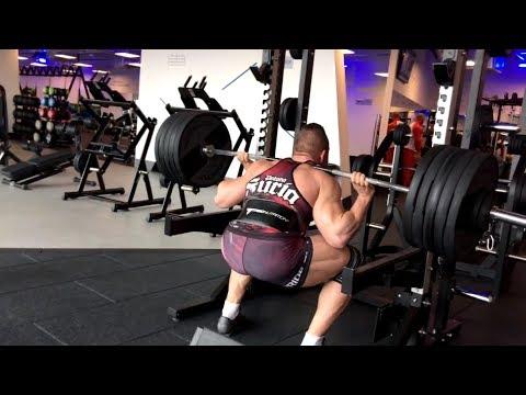 Pięść pompek wideo, które pracują mięśnie